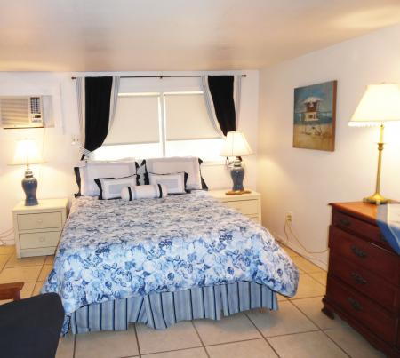 Click to enlarge image Bright cheery guest area. - YELLOW FIN COTTAGE - Great beach cottage in a small package. Comfy queen bed, futon, partial kitchen, bath, walk to beach. Dog friendly. 2-3 persons.