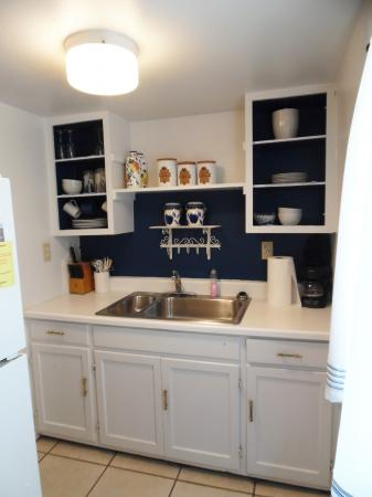 Click to enlarge image Small kitchen area for simple meal preparation. - YELLOW FIN COTTAGE - Great beach cottage in a small package. Comfy queen bed, futon, partial kitchen, bath, walk to beach. Dog friendly. 2-3 persons.