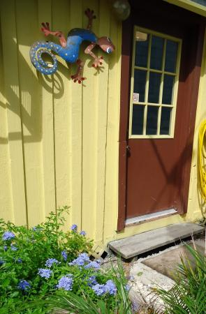 Click to enlarge image Entry - YELLOW FIN COTTAGE - Great beach cottage in a small package. Comfy queen bed, futon, partial kitchen, bath, walk to beach. Dog friendly. 2-3 persons.