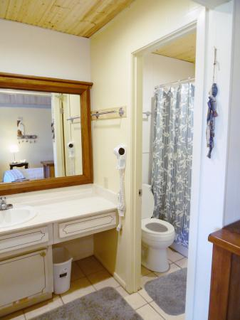 Click to enlarge image Full bathroom with shower - Barefoot Dayz - Wonderful Studio Condo at Island Retreat